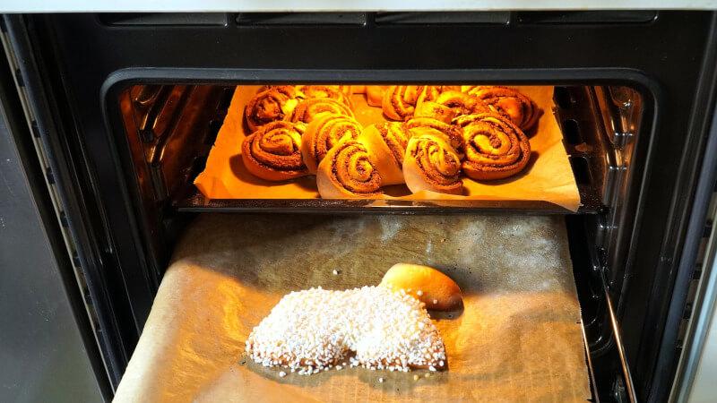 オーブンでパンを焼く